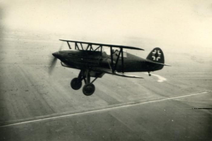 Stroj s výsostným znakom slovenského letectva odvodeného od nemeckého kríža