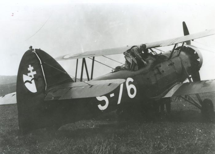Pozorovacie lietadlo kombinovanej letky Letov Š-328 so znakom používaným povstaleckým letectvom počas SNP