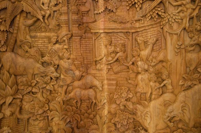 Takto znázorňujú svätú rodinu v Indonézii. Okolo jasličiek sú opice a slony.
