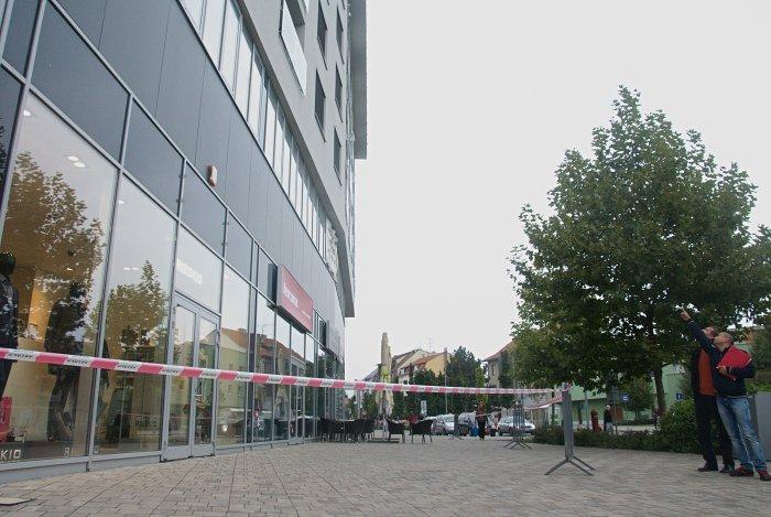 Po 16.00 h boli už prevádzky na prízemí zatvorené, chodci majú prechod okolo budovy zakázaný