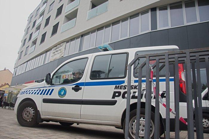 Vo štvrtok 8. októbra 2015 stálo pred budovou Centroom vozidlo mestskej polície s pripravenými zátrasami