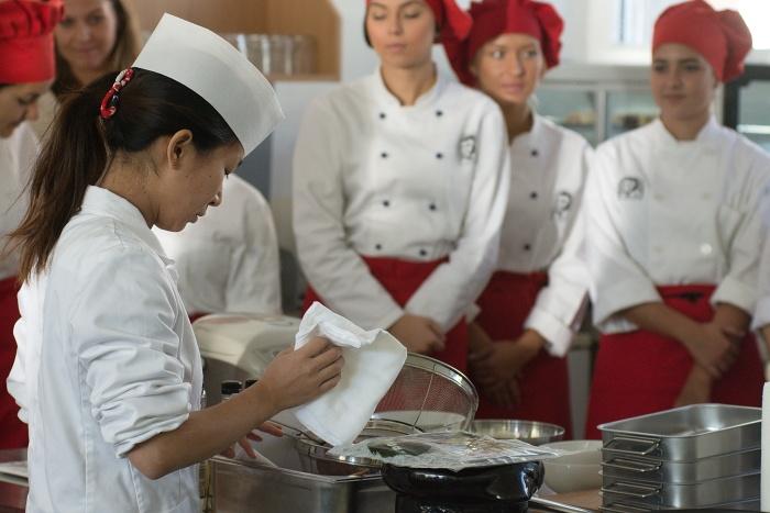 hotelova_akademia_priprava_sushi_Natsumi_Kakita__1