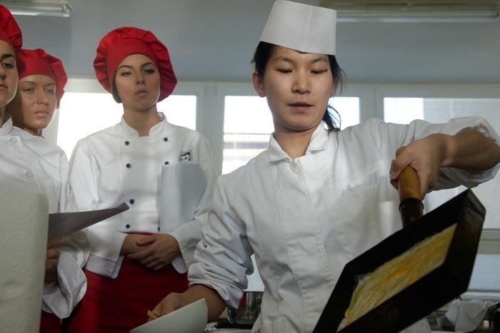 hotelova_akademia_priprava_sushi_Natsumi_Kakita__4