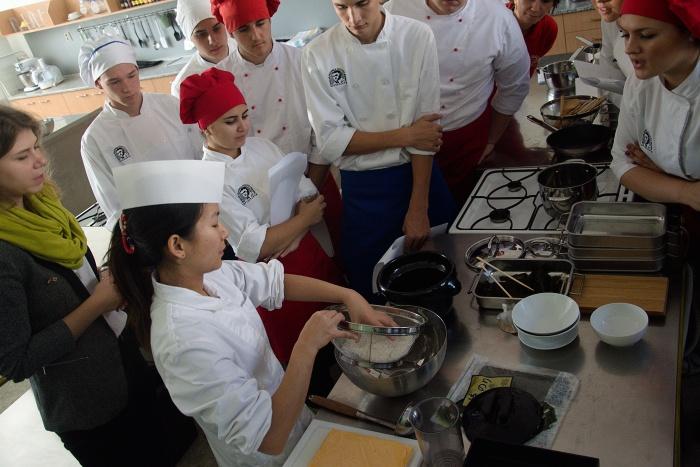 hotelova_akademia_priprava_sushi_Natsumi_Kakita__6