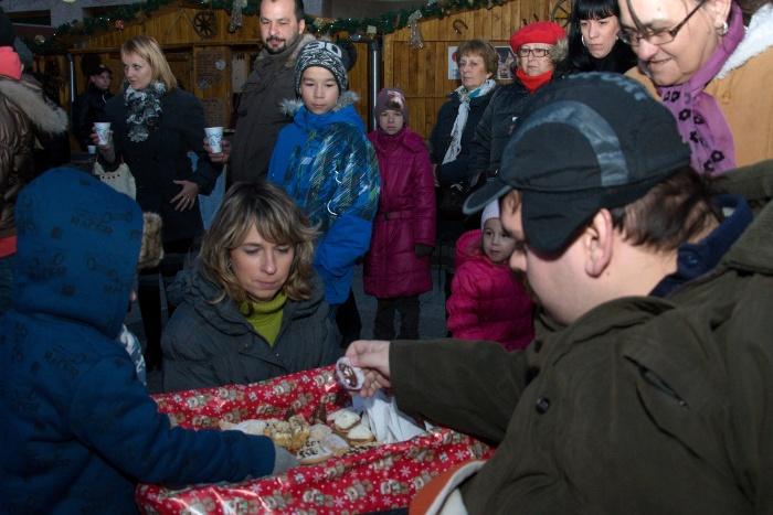 V rámci Čaju primátora rozdávali dnes na Námestí slobody aj vianočné pečivo