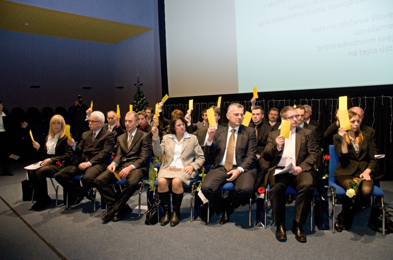 Na slávnostnom zastupiteľstve hlasovali poslanci aklamačne - zdvihnutím ruky