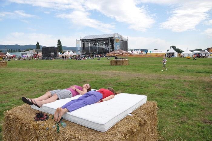 O rok neskôr už ľudia mohli odpočívať na balíkoch slamy.