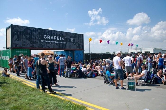 Čakanie na otvorenie festivalového areálu v roku 2014.