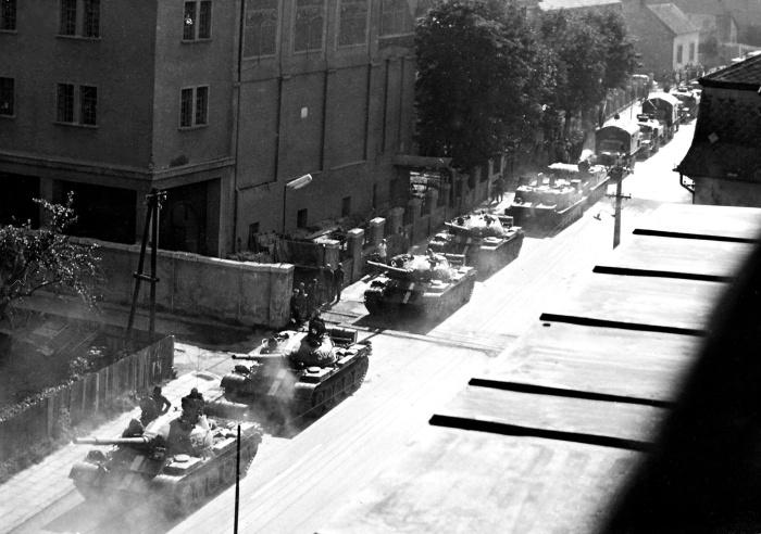 Železné maringotky pri ukážke svojej sily. Foto: Eduard Budke. Zdroj: Piešťany - History